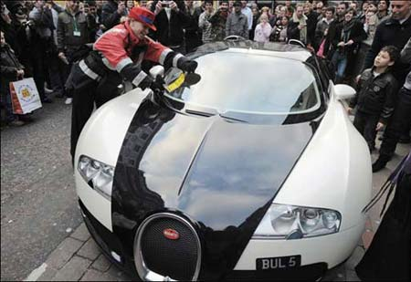 Bugatti Veyron getting traffic ticket